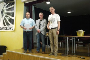 Von rechts: Turniersieger GM Felix Levin, SV Unser Fritz-Vorsitzender Martin Pohl und Schiedsrichter Frank Strozewski.