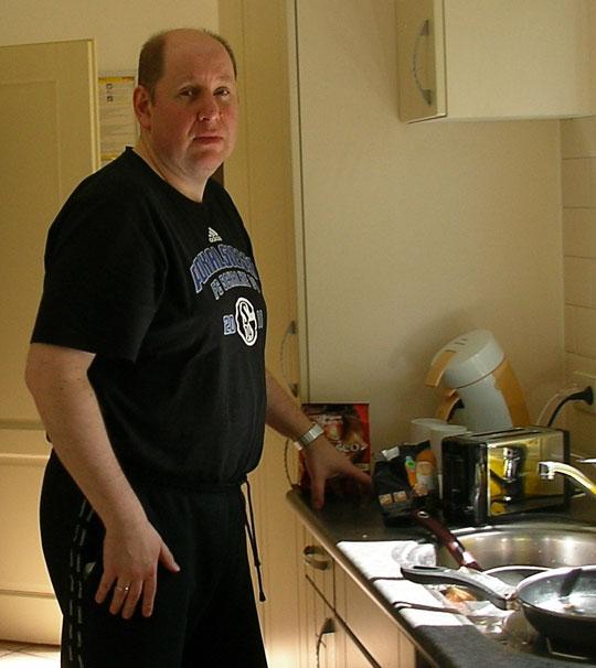 Olli in der Küche - das kann nicht gut gehen! Kocht er, spült er, oder ist es zum Glück nur ein Kontrollgang?